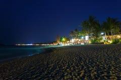 Romantiker på en nattstrand Fotografering för Bildbyråer