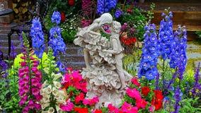 Romantiker poserar statyetter som omges av exotiska blommor stock video