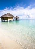 Romantikerferier på ön i vattenbungalow Arkivfoton