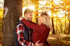 Romantique, amour, relations et les gens - couples de sourire ayant Image libre de droits