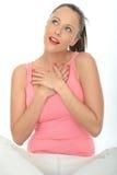 Romantique heureux aimé vers le haut du portrait rêveur de jeune femme Photos libres de droits