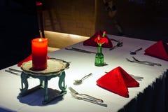 Romantisch aura van het comfortabele restaurant Stock Foto's