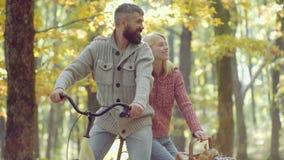 Romantisch Autumn Couple in Liefde Het portret van vrolijke jonge vrouw en de gebaarde mens met de herfst doorbladert De schoonhe stock video