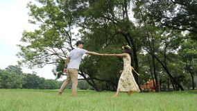 Romantisch Aziatisch paar die in tuin met gelukkige emotie dansen stock footage