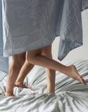 Romantisch in bed Jong paar op bed Royalty-vrije Stock Afbeelding