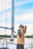 Romantisch blonde die zich naast bootmast bevinden Stock Afbeelding