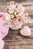 Romantisch boeket van roze tulpen en gypsophiliapaniculata Royalty-vrije Stock Afbeelding