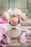 Romantisch boeket van roze tulpen en gypsophiliapaniculata Stock Fotografie