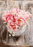 Romantisch boeket van roze tulpen en gypsophiliapaniculata Stock Foto's
