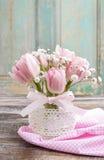 Romantisch boeket van roze tulpen en gypsophiliapaniculata Royalty-vrije Stock Fotografie