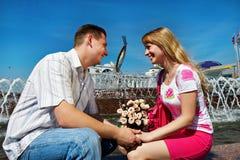 Romantisch daterend jong kerel en meisje in stadsvierkant Stock Foto
