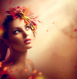 Romantisch de herfstmeisje met kleurrijke bladeren royalty-vrije stock fotografie