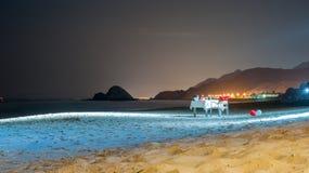Romantisch diner bij het strand onder de volle maan Stock Foto's