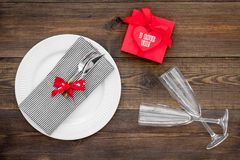 Romantisch diner De dag van de valentijnskaart `s Verfraaide lijst, giftvakje aangaande donkere houten hoogste mening als achterg royalty-vrije stock fotografie