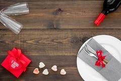 Romantisch diner met wijn De dag van de valentijnskaart `s Verfraaide lijst, giftvakje aangaande donkere houten achtergrond hoogs stock foto's