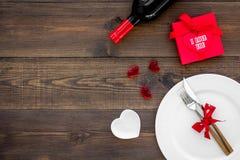 Romantisch diner met wijn De dag van de valentijnskaart `s Verfraaide lijst, giftvakje aangaande donkere houten achtergrond hoogs royalty-vrije stock foto's