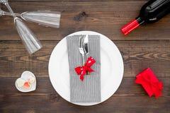 Romantisch diner met wijn De dag van de valentijnskaart `s Verfraaide lijst, giftvakje aangaande donkere houten hoogste mening al royalty-vrije stock fotografie