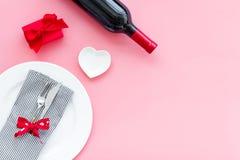Romantisch diner met wijn De dag van de valentijnskaart `s Verfraaide lijst, giftvakje aangaande roze achtergrond hoogste menings stock afbeeldingen