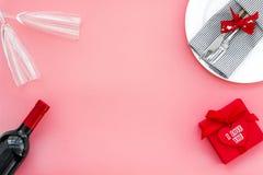 Romantisch diner met wijn De dag van de valentijnskaart `s Verfraaide lijst, giftvakje aangaande roze achtergrond hoogste menings royalty-vrije stock foto