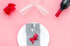 Romantisch diner met wijn De dag van de valentijnskaart `s Verfraaide lijst, giftvakje aangaande roze hoogste mening als achtergr royalty-vrije stock foto's