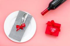 Romantisch diner met wijn De dag van de valentijnskaart `s Verfraaide lijst, giftvakje aangaande roze hoogste mening als achtergr stock foto