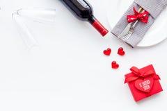 Romantisch diner op de Dag van Valentine Verfraaide schotels, vaatwerk, wijn en giftdoos op witte achtergrond hoogste meningsruim royalty-vrije stock foto