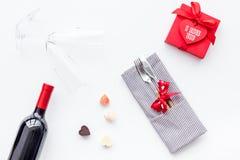 Romantisch diner op de Dag van Valentine Verfraaide schotels, vaatwerk, wijn en giftdoos op witte hoogste mening als achtergrond royalty-vrije stock afbeelding