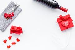 Romantisch diner op de Dag van Valentine Verfraaide schotels, vaatwerk, wijn en giftvakje op wit achtergrond hoogste meningsexemp royalty-vrije stock afbeeldingen