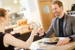 Romantisch diner in restaurant royalty-vrije stock foto