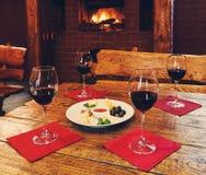 Romantisch diner voor twee dichtbij open haard Stock Afbeelding