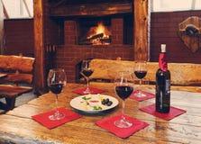 Romantisch diner voor twee dichtbij open haard Stock Afbeeldingen