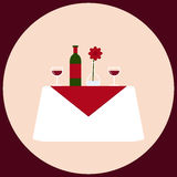 Romantisch diner voor witte lijst twee met wijn, stemware, vaas en bloem Stock Fotografie