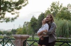 Romantisch gelukkig paar in liefde omhelzingen en het lachen stock fotografie
