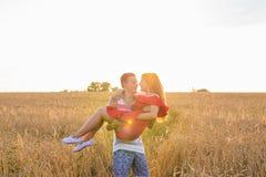 Romantisch gelukkig paar op aard bij zonsondergang, de mens en vrouw in liefde stock foto's