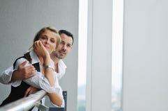 Romantisch gelukkig paar op balkon Stock Afbeelding