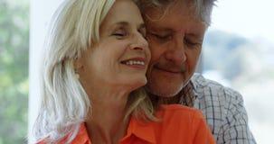 Romantisch hoger paar die op de portiek thuis 4k dansen stock video