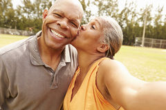 Romantisch Hoger Paar die Selfie in Park nemen stock afbeelding