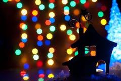 Romantisch huis met een Kerstmisverlichting Stock Foto
