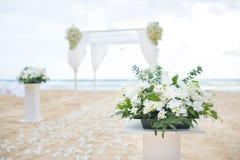 Romantisch Huwelijk die op het overzeese strand plaatsen royalty-vrije stock foto's