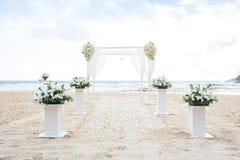 Romantisch Huwelijk die op het strand en de blauwe hemel plaatsen stock fotografie