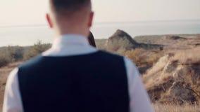 Romantisch huwelijksogenblik, die van nieuw paar houden openlucht stock footage
