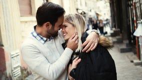 Romantisch jong gelukkig en paar die kussen koesteren stock foto