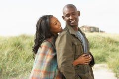 Romantisch Jong Paar dat zich door Duinen bevindt Stock Foto