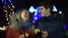 Romantisch jong paar die hete wijn drinken stock videobeelden