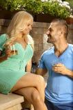 Romantisch jong paar die in openlucht dateren Stock Foto's