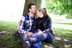 Romantisch jong paar die van een vertrouwelijk ogenblik genieten royalty-vrije stock afbeeldingen
