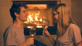Romantisch jong paar die witte wijn drinken stock video