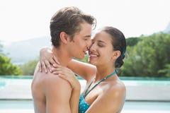 Romantisch jong paar door zwembad Stock Afbeeldingen