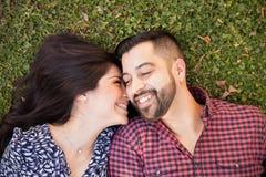 Romantisch jong paar in een park stock afbeeldingen