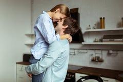 Romantisch jong paar in liefde het besteden tijd samen in keuken stock fotografie